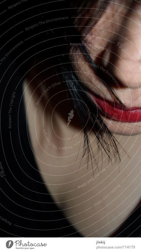 Blind Date Frau Lippen rot schwarz Schminke durcheinander Haarsträhne dunkel Gesicht Haare & Frisuren Strähnchen Mund Nase Haut verstecken Blick Schatten hair