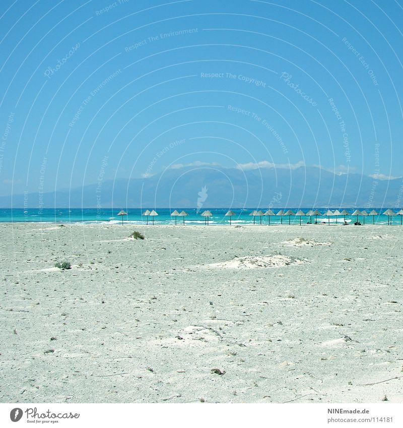 UrlaubsTräume Strand Sommer Physik Ferien & Urlaub & Reisen Sonnenschirm Holz himmelblau Kreta Einsamkeit leer ruhig Urlaubsstimmung Griechenland Wellen Meer