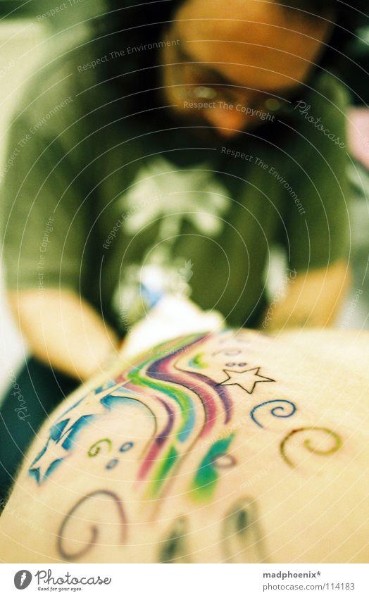 at work Ausdauer Werkstatt Kunst Kunsthandwerk Tattoo Stern (Symbol) Schmerz Haut Rücken Verwirbelung geduldig Tatowierer Farbe Glück