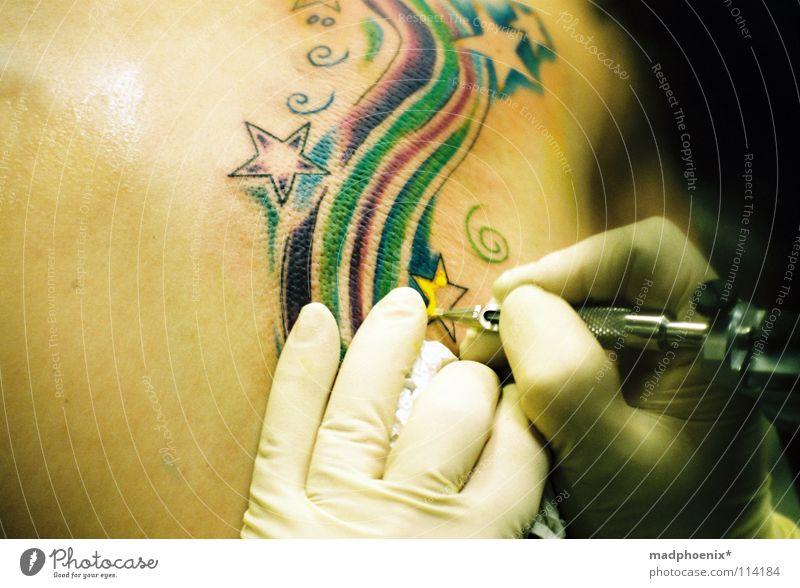 gun on skin Handschuhe Finger Kunst Ausdauer mehrfarbig Kunsthandwerk Rücken Stern (Symbol) Konzentration Schmerz Glück Künstler Tatowierer geduldig Farbe