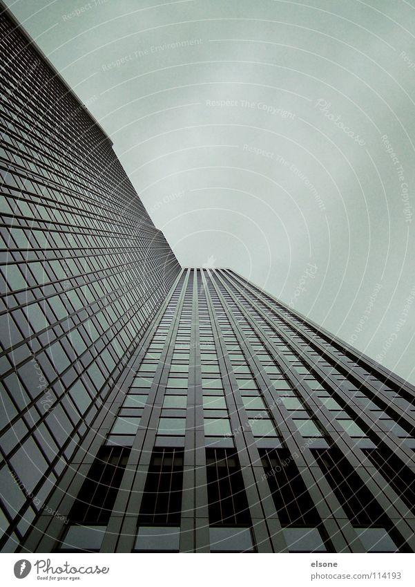 ::CLOUDY CITY:: kalt grau Herbst Winter Beton Stahl trüb Nebel Macht groß Haus Gebäude reich Hochhaus träumen Trauer eng Eile Geschwindigkeit