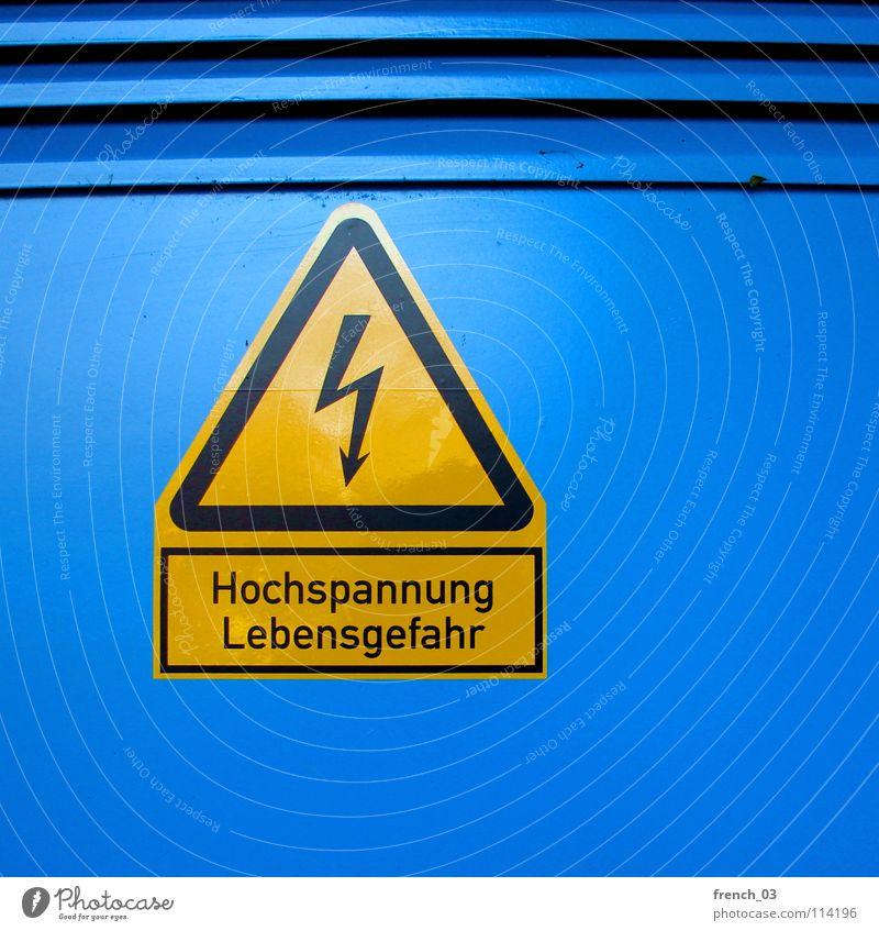Weihnachtsspannungen blau schwarz gelb Tod Leben Linie Kraft Energiewirtschaft Schilder & Markierungen gefährlich leuchten Elektrizität Kabel bedrohlich Spitze Technik & Technologie