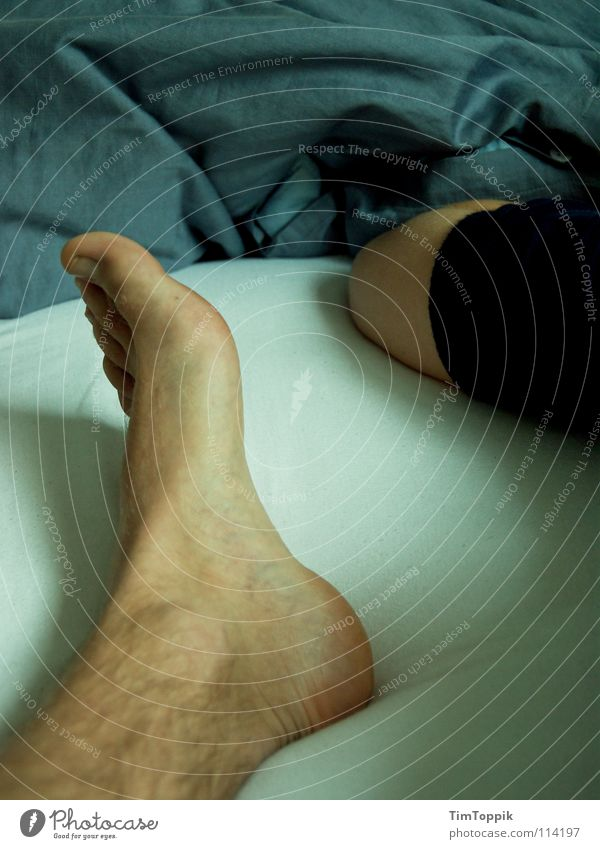 Fuß und Elle Mann blau Beine Arme Haut liegen schlafen Bett T-Shirt Falte Müdigkeit Bettwäsche Decke Pullover Zehen