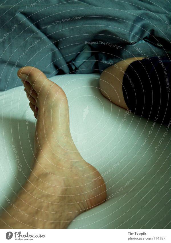 Fuß und Elle Mann blau Beine Fuß Arme Haut liegen schlafen Bett T-Shirt Falte Müdigkeit Bettwäsche Decke Pullover Zehen