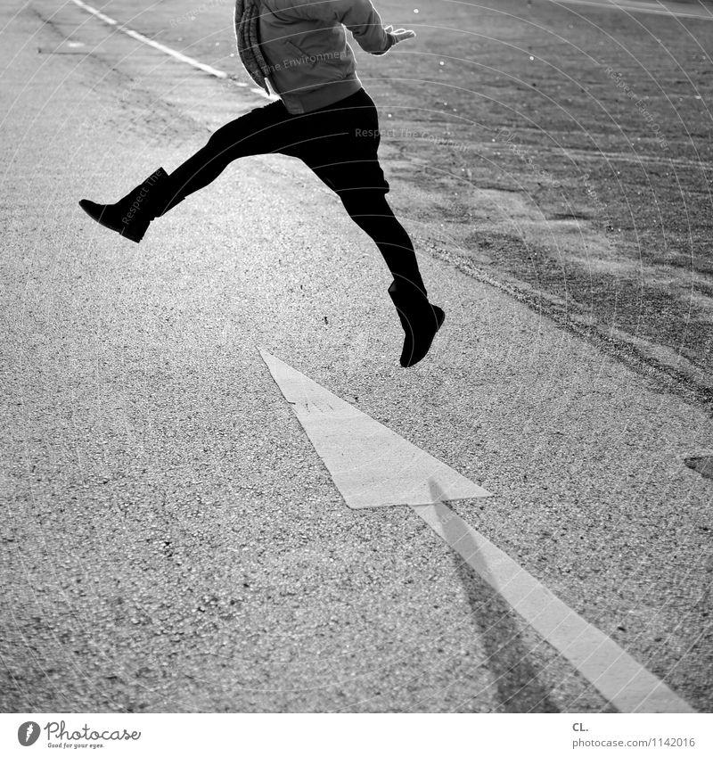 übers ziel hinaus Mensch Frau Freude Erwachsene Leben Straße Bewegung feminin Wege & Pfade Gesundheit Glück Beine springen Verkehr Fröhlichkeit Lebensfreude