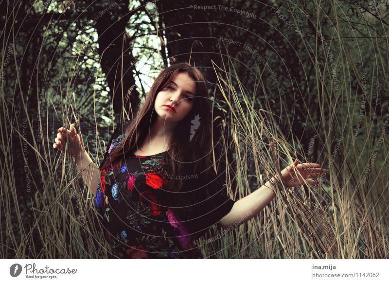 aus der Balance Mensch Natur Jugendliche schön Junge Frau Einsamkeit 18-30 Jahre dunkel Wald Umwelt Erwachsene Gesicht Leben Traurigkeit feminin Denken