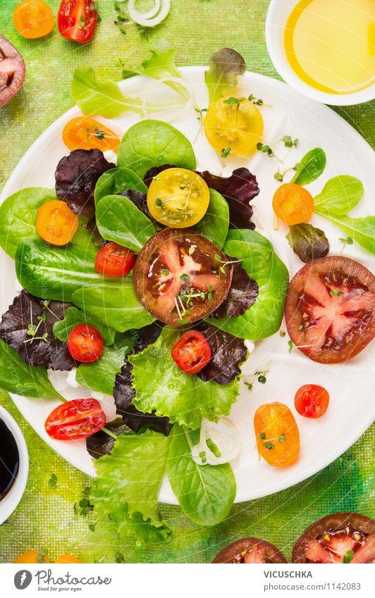 Bunter Sommersalat mit Tomaten Lebensmittel Gemüse Salat Salatbeilage Kräuter & Gewürze Öl Ernährung Mittagessen Bioprodukte Vegetarische Ernährung Diät Teller