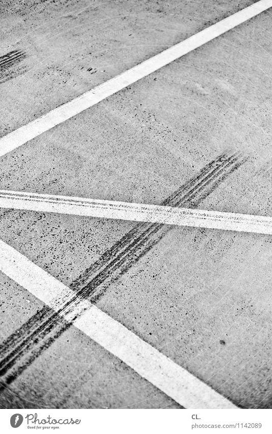 spuren Verkehr Verkehrswege Straßenverkehr Autofahren Wege & Pfade Parkplatz Linie Asphalt Boden Bremsspur Sicherheit Schwarzweißfoto Außenaufnahme Menschenleer