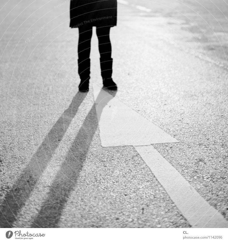 stehblockade Mensch Frau Erwachsene Leben Straße feminin Wege & Pfade Beine Verkehr stehen Beginn Zukunft Schönes Wetter einzigartig Zeichen Pause