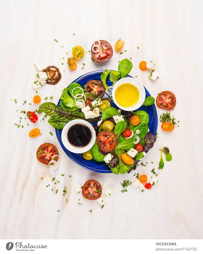 Tomaten Salat mit verschiedenen Dressing Lebensmittel Käse Salatbeilage Kräuter & Gewürze Öl Ernährung Mittagessen Festessen Bioprodukte Vegetarische Ernährung