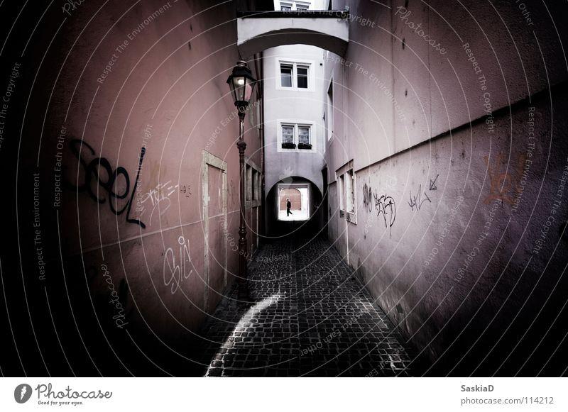your tube Stadt Gasse Lampe Straßenkunst Mann Haus Licht eng schmal Fenster Schweiz historisch Graffiti Wandmalereien Altstadt street Einsamkeit beengend