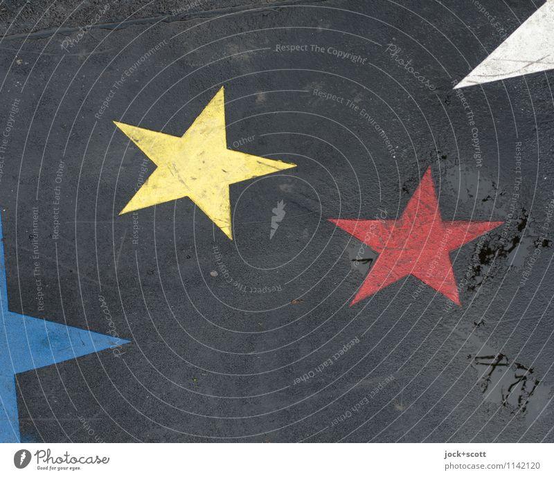2 Sterne von vielen Straßenkunst Dekoration & Verzierung Stern (Symbol) dreckig einfach gelb rot Inspiration Symmetrie Wege & Pfade Bodenmarkierung feucht