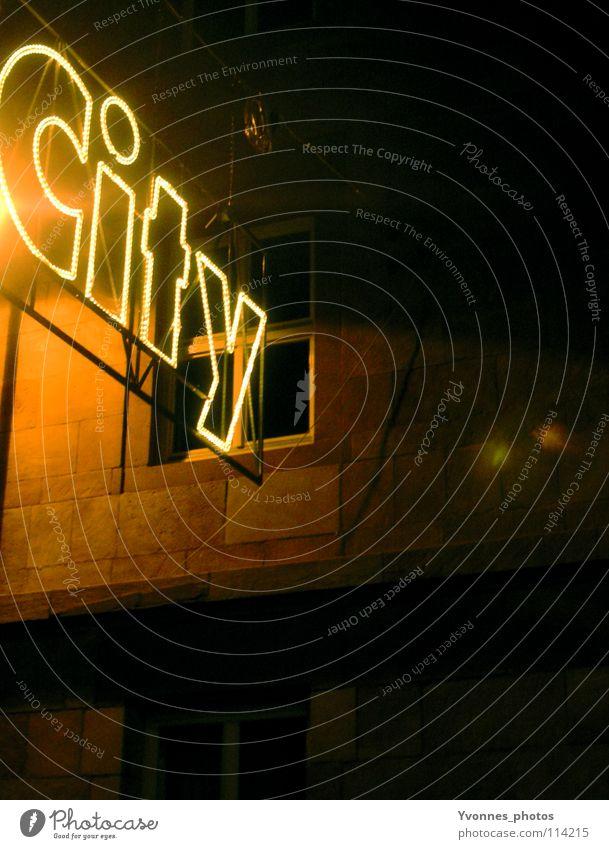 In the City Stadt Winter Haus dunkel Fenster Wand Stimmung Lampe Beleuchtung Fassade gold Vorderseite Weihnachtsmarkt Leuchtreklame Lichterkette