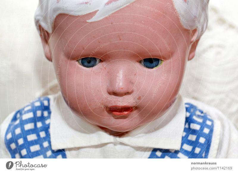 Puppe Spielzeug Kunststoff retro puppenkopf puppengesicht alte puppe puppenportrait Gesichtsausdruck Kopf Farbfoto Innenaufnahme Textfreiraum unten Tag