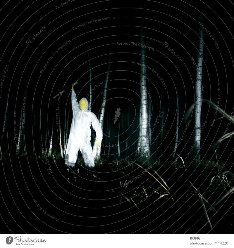who's king now ? gelb grau grau-gelb Wald Anzug Schutzanzug verrückt Nacht Langzeitbelichtung Birke Axt Vorgesetzter gruselig grell dunkel gefährlich Monster
