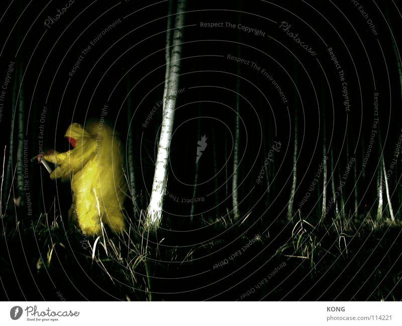 yellow rush gelb grau grau-gelb Wald Anzug Schutzanzug verrückt Nacht Langzeitbelichtung Birke Axt Vorgesetzter gruselig grell dunkel gefährlich Monster Seele
