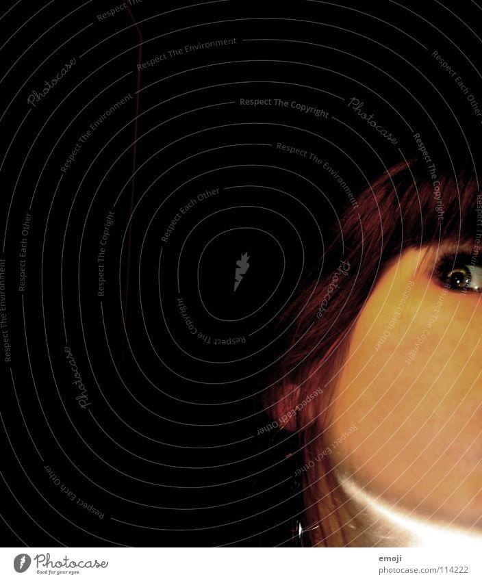 skeptischkritisch bearbeitet Wange Licht dunkel schwarz glänzend Frau Hautfarbe Beleuchtung erleuchten Jugendliche hm seltsam skeptik Blick eye Gesicht face