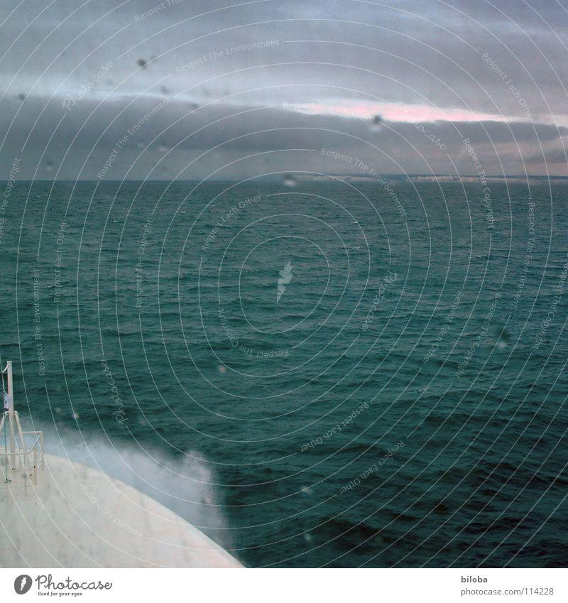 Auf hoher See Fähre Gischt Wasserfahrzeug Meer grün Schifffahrt Horizont Wetter Ärmelkanal trüb Stimmung Regen Sturm tief Nebel Küste England Wellen Wellengang