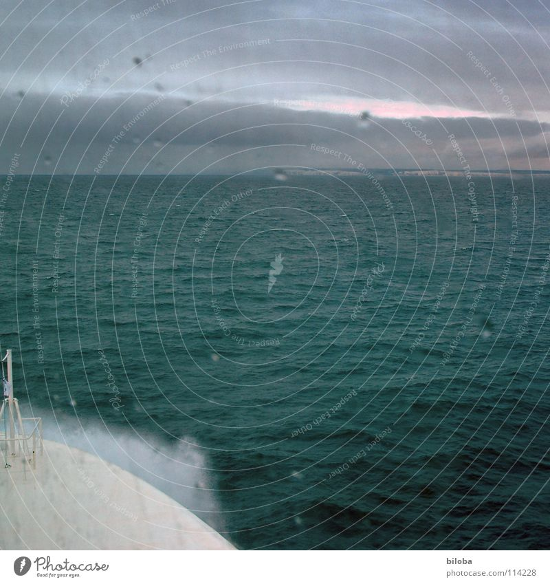 Auf hoher See Wasser Meer grün Regen Wasserfahrzeug Stimmung Wellen Küste Nebel Wetter Wassertropfen Horizont fahren Sturm tief