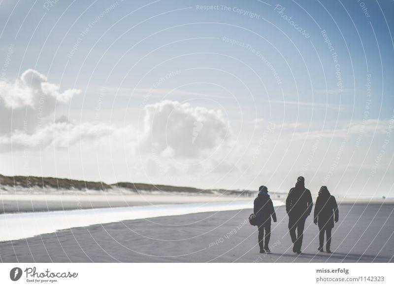 Die Drei vom Deich. 3 Mensch 13-18 Jahre Jugendliche 18-30 Jahre Erwachsene wandern dunkel hell stand Düne Nordsee reine Luft deutlich Menschengruppe