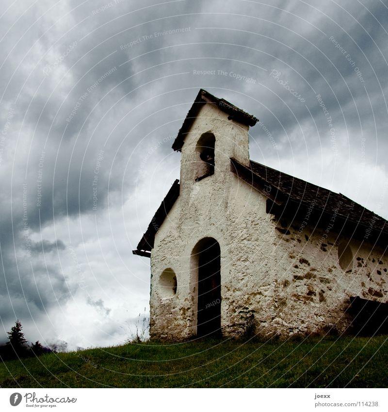 Letztes Gebet Himmel Wolken Haus Wiese Gras Stein Regen Religion & Glaube klein Hügel eng aufsteigen schlechtes Wetter dramatisch Glocke Katholizismus