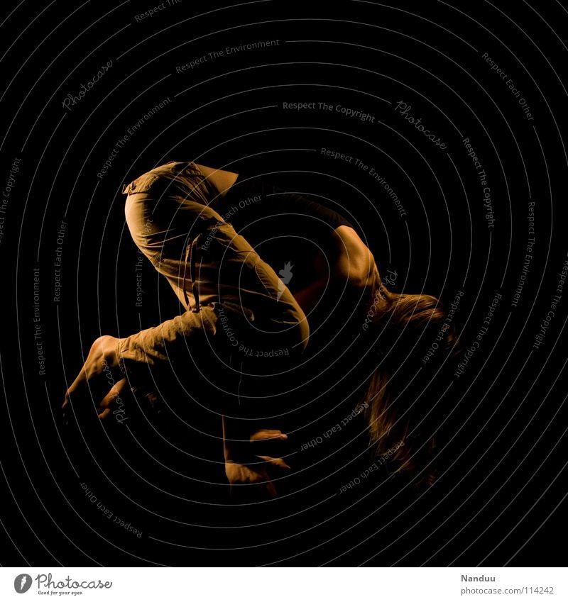 Balance Yoga Zufriedenheit Körperhaltung Akrobatik Frau dunkel Licht Physik Vertrauen Barfuß Nervosität anstrengen Schulter Muskulatur untergehen Erholung
