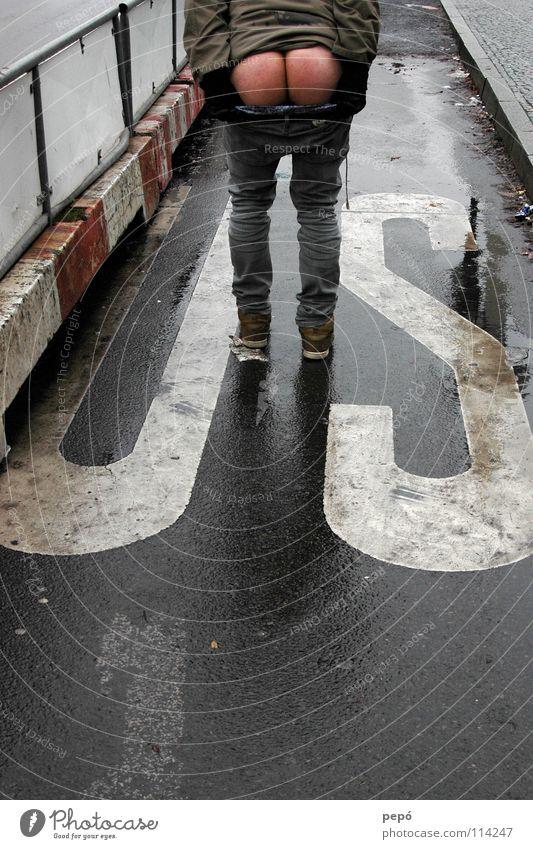 *u.ass.a.* Mann Straße nackt Regen nass Jeanshose USA Hinterteil Wut Zaun Amerika Ärger Ass Handschuhe Wiedervereinigung Bordsteinkante