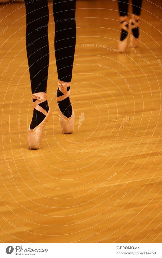 Balletprobe I Balletttänzer Parkett schwarz Schwanensee vergangen Ferien & Urlaub & Reisen Konzentration Kunst Kultur Tanzen Körperhaltung Spitzenschuhe