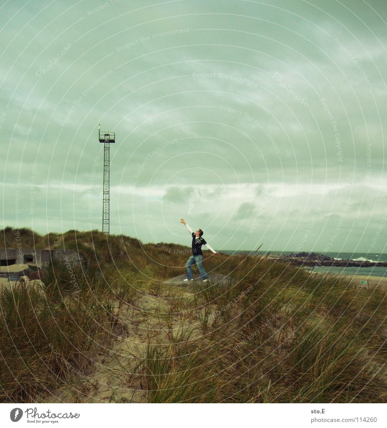 photo sucht titel Kerl Mann Körperhaltung Strand Meer See Brandung Sendemast stehen Richtung Wolken schlechtes Wetter verweht Wind Steg Sturm Jugendliche Küste