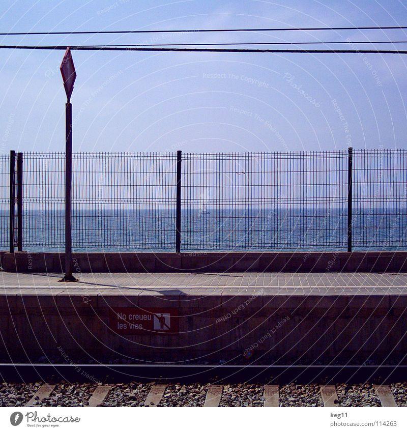 aus dem zug ins meer Spanien Segeln Wasserfahrzeug Mauer Wolken Meer Aussicht weiß beige Strand Erholung Zusammensein lesen Küste Stadt Katalonien Sommer