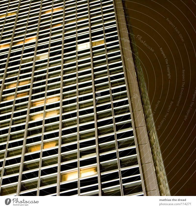 licht an, licht aus III Haus Einsamkeit gelb dunkel Berlin Stil Fenster Linie hell Beleuchtung groß Hochhaus hoch verrückt Fassade Macht