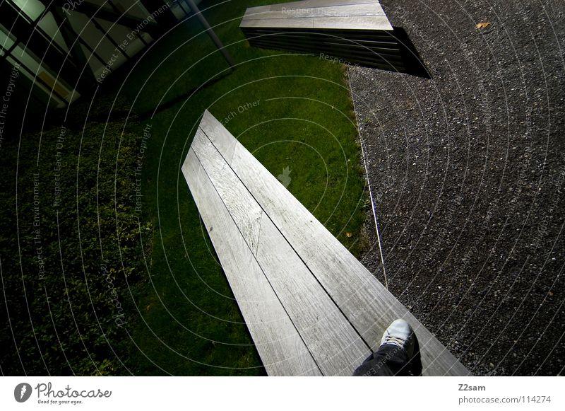 halb abgestanden stehen Müllbehälter Park Wiese graphisch einfach Kies Kieselsteine Mann Schuhe weiß Sträucher grün sehr wenige Stil Geometrie Vogelperspektive