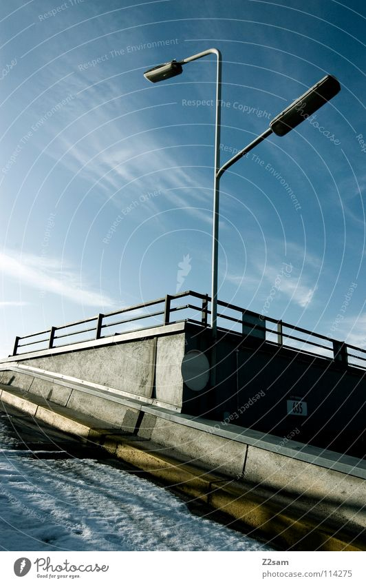 parkdeck parken Parkdeck Tiefgarage Sonnendeck Autobahnauffahrt Wolken Laterne 2 Himmelsrichtung Physik Beton Stadt Bauwerk München gelb Geometrie gerade