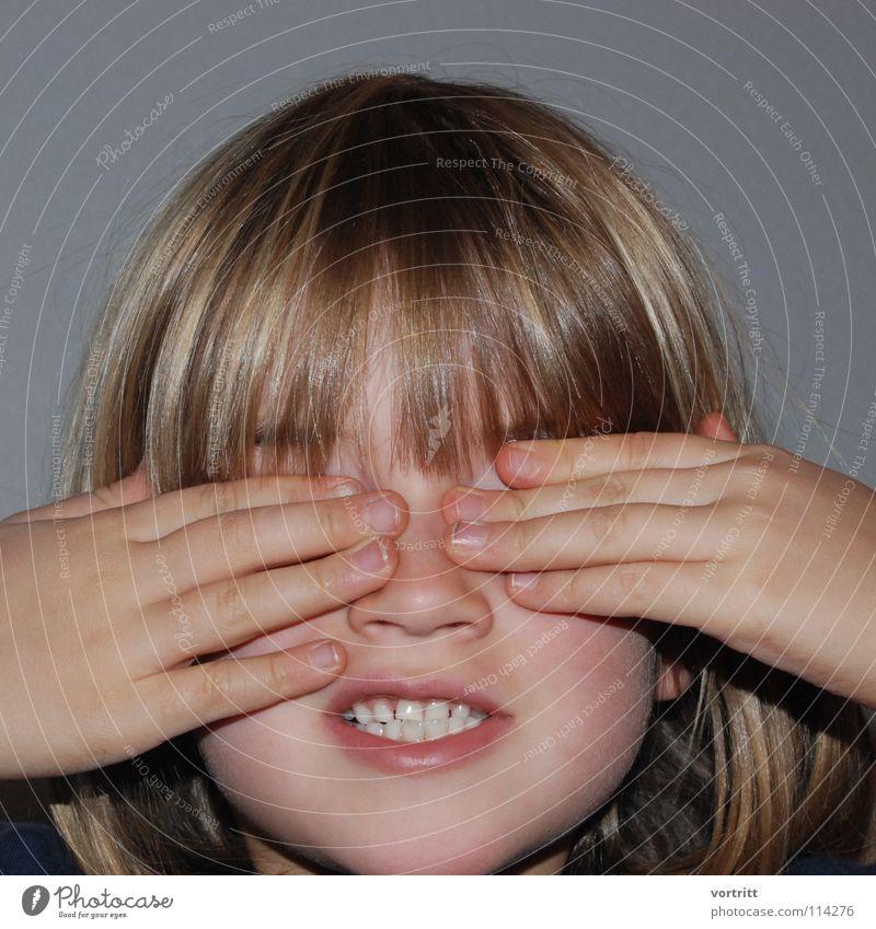 augen zu und durch Porträt Kind Mädchen Lippen Hand Finger blind dunkel Spielen klein Kindergarten verdeckt Freude Haare & Frisuren Blick Angst Nase verstecken