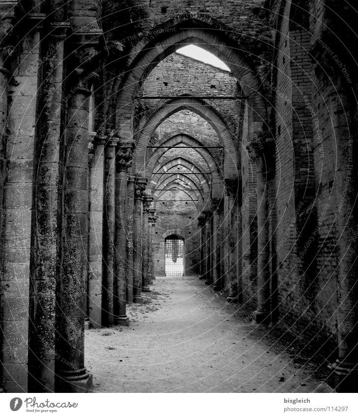 San Galgano (Italien) Schwarzweißfoto Innenaufnahme Menschenleer Tag Zentralperspektive ruhig Europa Kirche Ruine Mauer Wand Tür Sehenswürdigkeit Stein Respekt