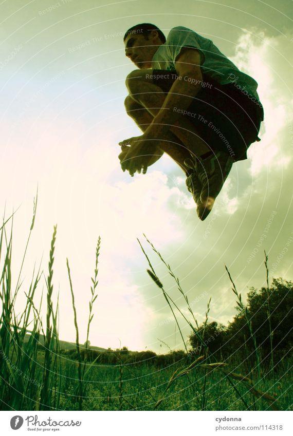 Silhouette III hüpfen Frühling Sommer Wiese Gras grün Mann Kerl Stil Sonnenuntergang Körperhaltung Halm Froschperspektive Sonnenstrahlen Wolken Feld Gefühle