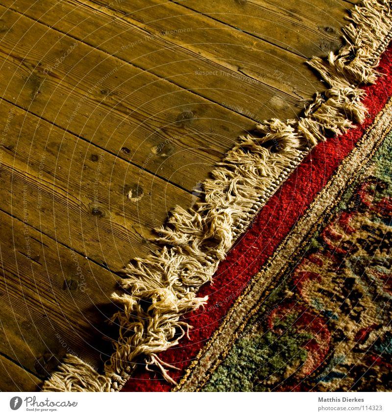 Teppich alt schön Farbe Fenster Wand Wärme Holz fliegen Wohnung Häusliches Leben dreckig groß retro Bodenbelag Macht geheimnisvoll