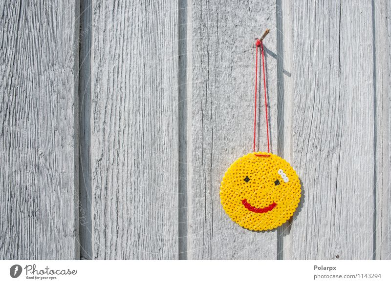 Smiley an einer Wand Stil Freude Glück Gesicht Tisch Business Mund Zeichen Lächeln Liebe frisch lustig natürlich niedlich gelb rot Kreativität Tradition Perlen