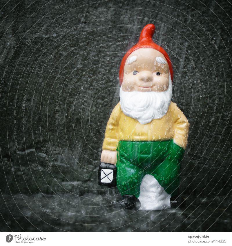 Raining Zwerg Gartenzwerge skurril Spießer Dorf Heimat Nikolausmütze Beton nass ungemütlich Sturm Unwetter Orkan Laterne Licht Freude Kleingartensiedlung Kitsch