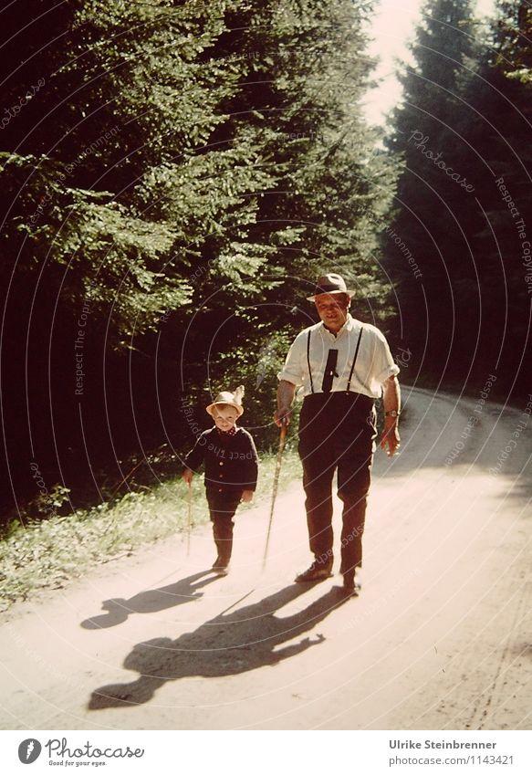Kindheitserinnerung | Wenn der Vater mit dem Sohne Mensch Kind Ferien & Urlaub & Reisen Mann Baum Landschaft Wald Erwachsene Leben Straße Wege & Pfade Junge Zusammensein maskulin wandern Kindheit