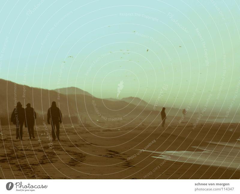 blaue stunde Mensch Wasser Himmel Meer Winter Strand ruhig gelb Ferne Berge u. Gebirge See Sand Wellen Küste Wind