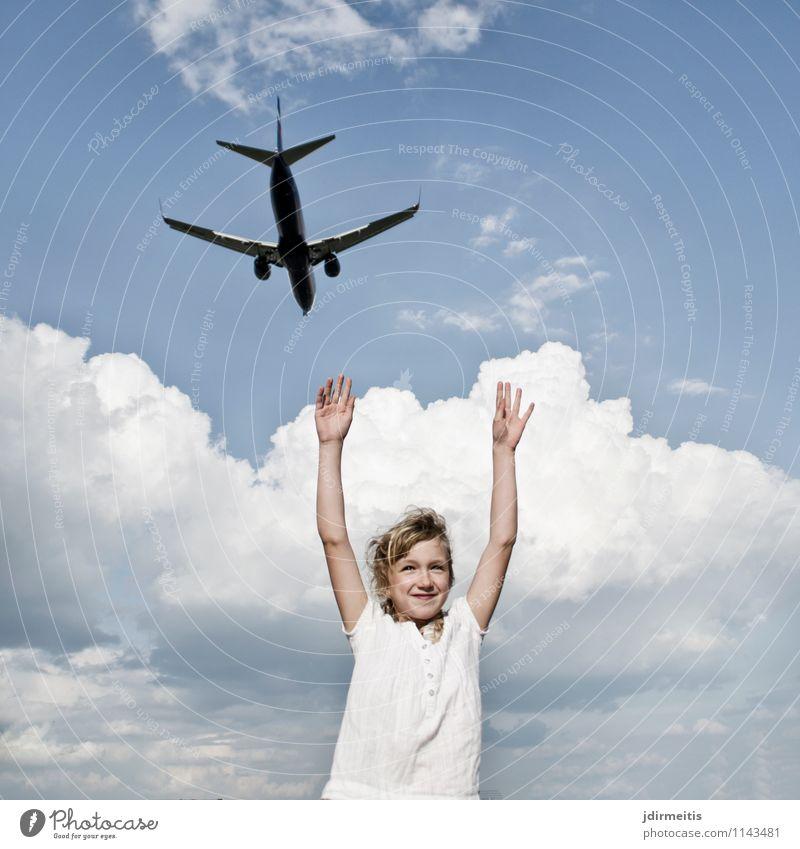 Reiselust Mensch Himmel Kind Ferien & Urlaub & Reisen Wolken Freude Mädchen Glück Freiheit fliegen Tourismus Luftverkehr Kindheit Fröhlichkeit Lächeln