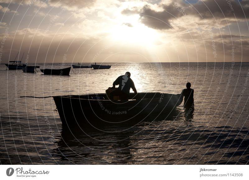 Fischerboot und Fischer im Sonnenuntergang Wasserfahrzeug Silhouette Sonnenaufgang Abend Morgen Dämmerung Schatten Meer Ferien & Urlaub & Reisen Angeln