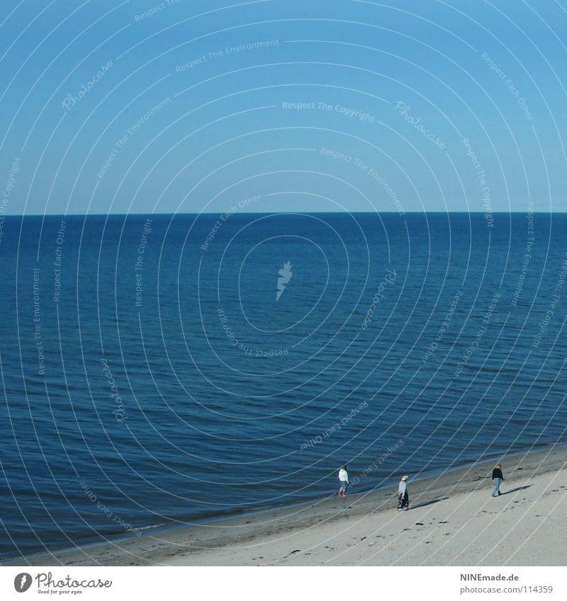Wie weit ist es denn noch? Meer Strand Fußspur Ferien & Urlaub & Reisen See Ferne Horizont blau himmelblau 3 Mann klein Zwerg Spaziergang Suche Einsamkeit gehen