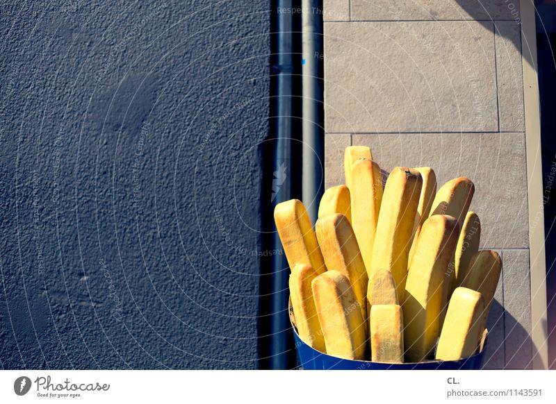 eine große pommes bitte Pommes frites Ernährung Essen Mittagessen Fastfood Schönes Wetter Mauer Wand Imbiss lecker Appetit & Hunger gefräßig Hemmungslosigkeit