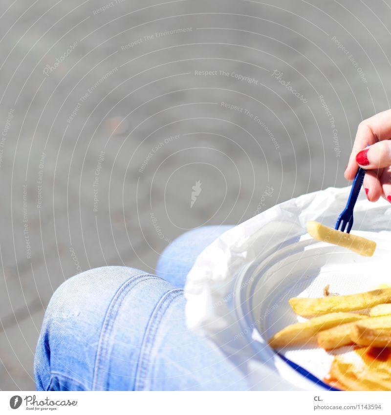 mampfifalten Lebensmittel Ketchup Pommes frites Ernährung Essen Mittagessen Teller Gabel Nagellack Mensch feminin Frau Erwachsene Finger 1 Schönes Wetter lecker