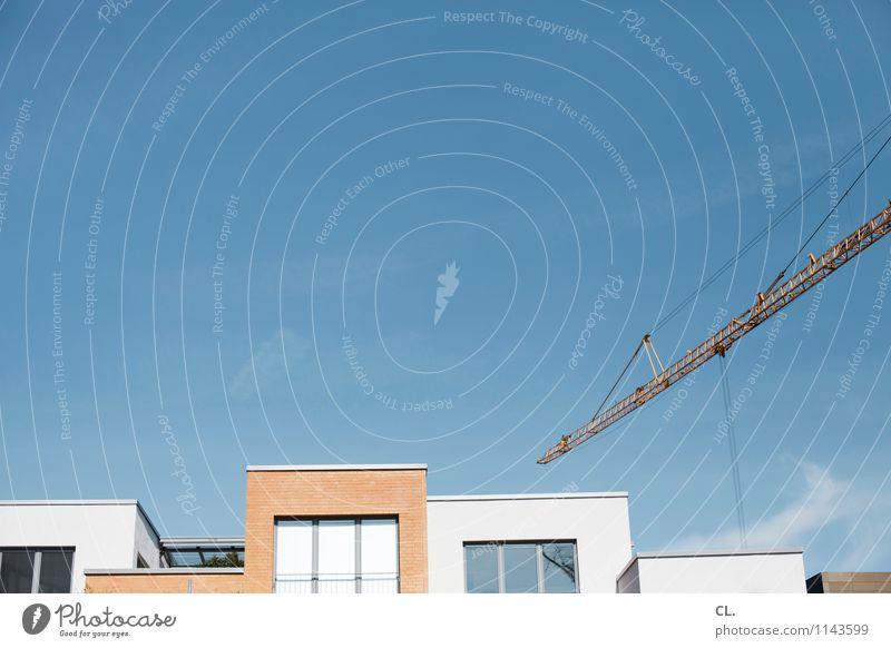 blau aufm bau Baustelle Wolkenloser Himmel Wetter Schönes Wetter Haus Gebäude Architektur Mauer Wand Fenster Kran bauen Häusliches Leben Farbfoto Außenaufnahme