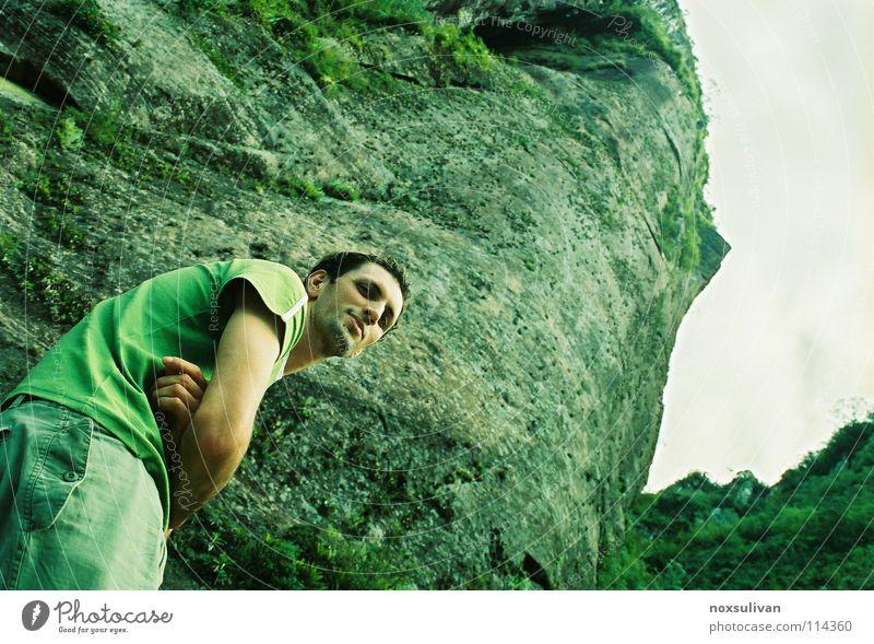 That guy rocks Mensch grün Winter ruhig Einsamkeit Berge u. Gebirge Denken Trauer unten Verzweiflung Schüchternheit unheimlich zurückziehen unpersönlich Monsun