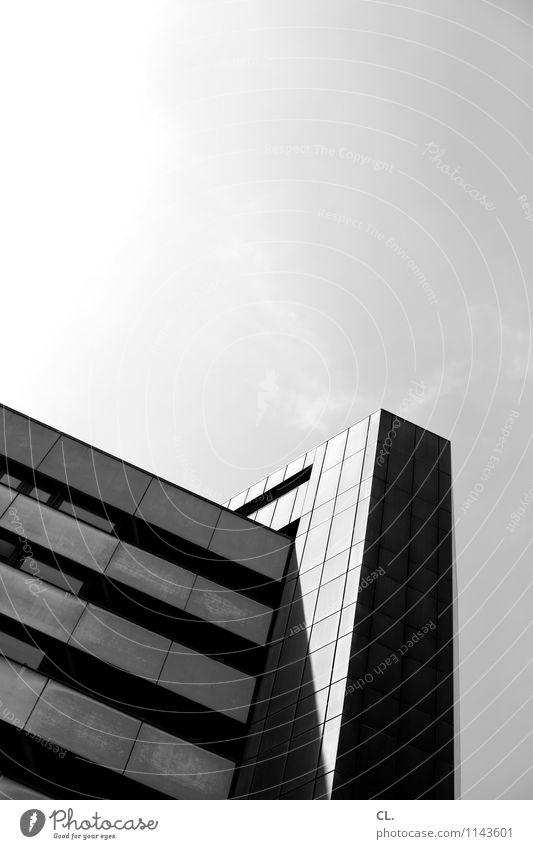 hochhaus Himmel Wolken Schönes Wetter Stadt Hochhaus Gebäude Architektur eckig Schwarzweißfoto Außenaufnahme Menschenleer Textfreiraum oben Tag Licht Schatten