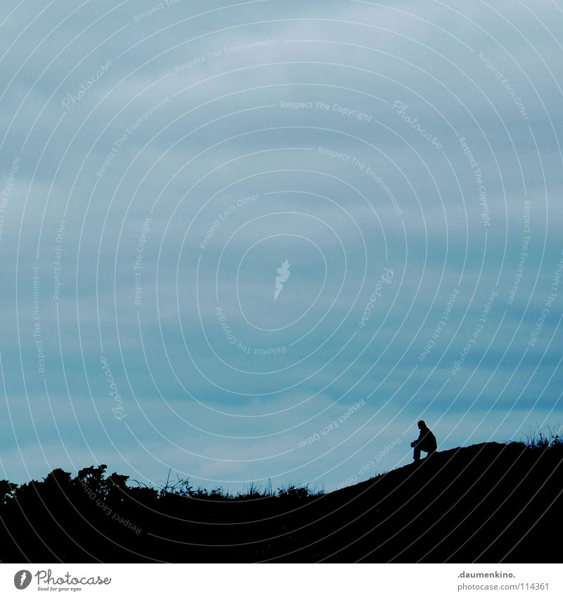 glaube nicht alles, was du denkst! Mann Hügel Wolken schlechtes Wetter Gras Wiese Berghang Sträucher Einsamkeit verloren Gedanke ruhig Denken genießen